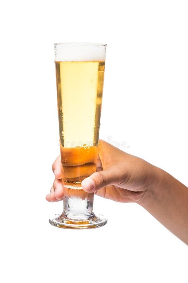 Räcka att rymma ett exponeringsglas av kallt öl med vit bakgrund royaltyfria bilder