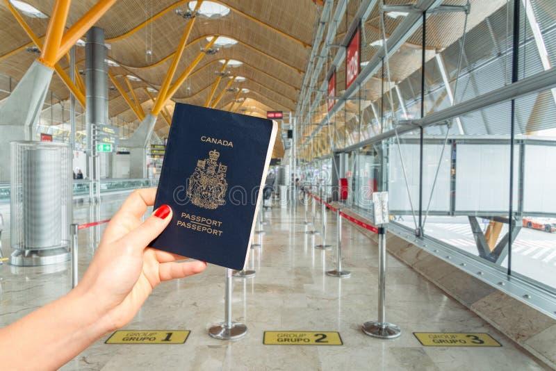 Räcka att rymma ett kanadensiskt pass, precis innan du stiger ombord arkivbild