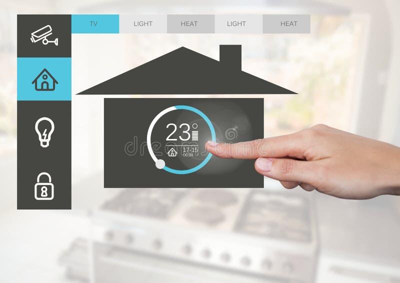Räcka att trycka på en manöverenhet för system App för hem- automation arkivfoto