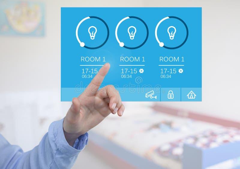 Räcka att trycka på ett system för hem- automation som tänder App-manöverenheten royaltyfria foton