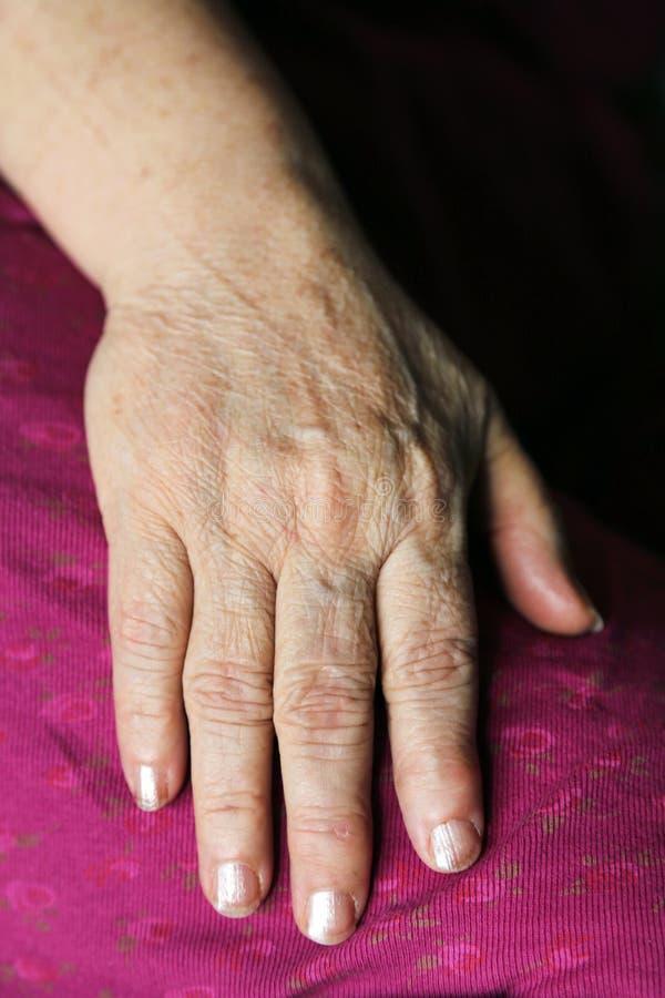 Räcka av en gammal kvinna arkivbild