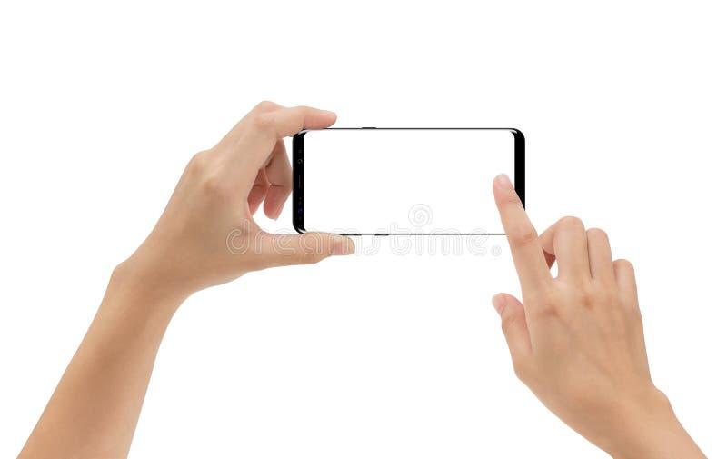 Räcka den hållande den isolerade smartphonemobilen och rörande skärmen arkivfoto