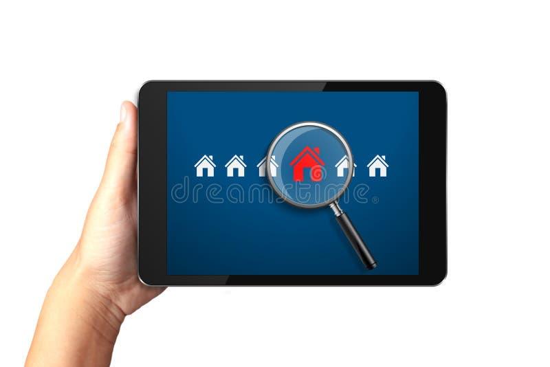 Räcka den hållande digitala minnestavlan med sökande för hus av hemmet royaltyfri bild