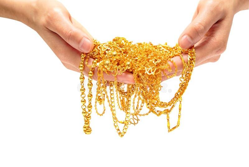 Räcka den hållande dyra guld- det smyckenhalsbandet och armbandet arkivfoton