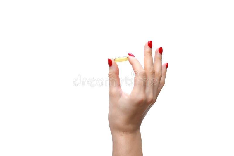 Räcka den hållande kapseln av omega 3 på vit bakgrund close upp Hög upplösningsprodukt bakgrund suddighetdde den skyddande pillen arkivbild