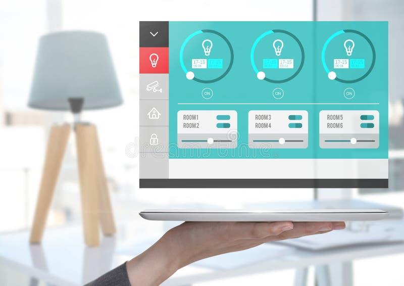 Räcka den hållande minnestavlan och ett system för hem- automation som tänder App-manöverenheten royaltyfri illustrationer