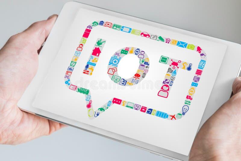 Räcka den hållande mobila enheten som minnestavlan eller ila telefonen Internet av begreppet för saker IOT arkivbilder