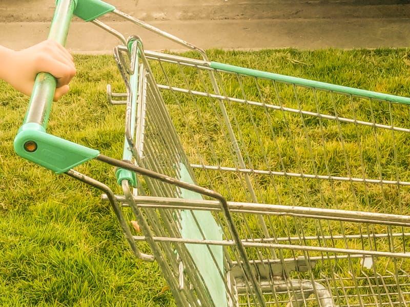 Räcka den hållande shoppingvagnen fotografering för bildbyråer
