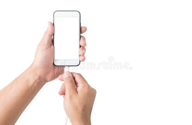 Räcka den hållande smartphonen och förbind den isolerade uppladdaren royaltyfri foto