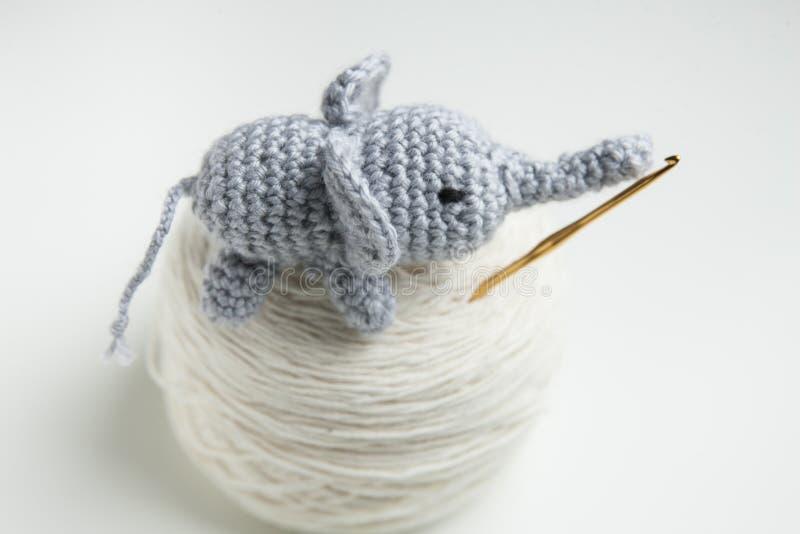 Räcka den virkade elefanten med ull, virkningvisare fotografering för bildbyråer