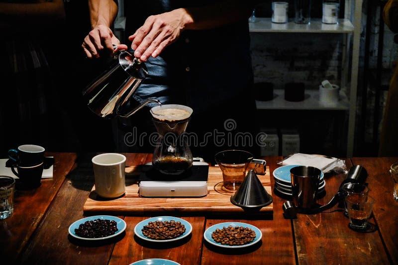 Räcka droppandekaffe eller häll över kaffe royaltyfri fotografi