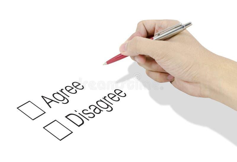 Räcka genom att använda en klassisk penna avgör till valet instämmer eller ogillar royaltyfri bild