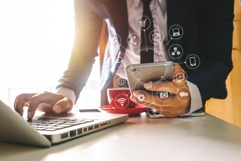 Räcka genom att använda minnestavlan, bärbara datorn och att rymma smartphonen med nätverket för kommunikationen för kreditkorton royaltyfria bilder