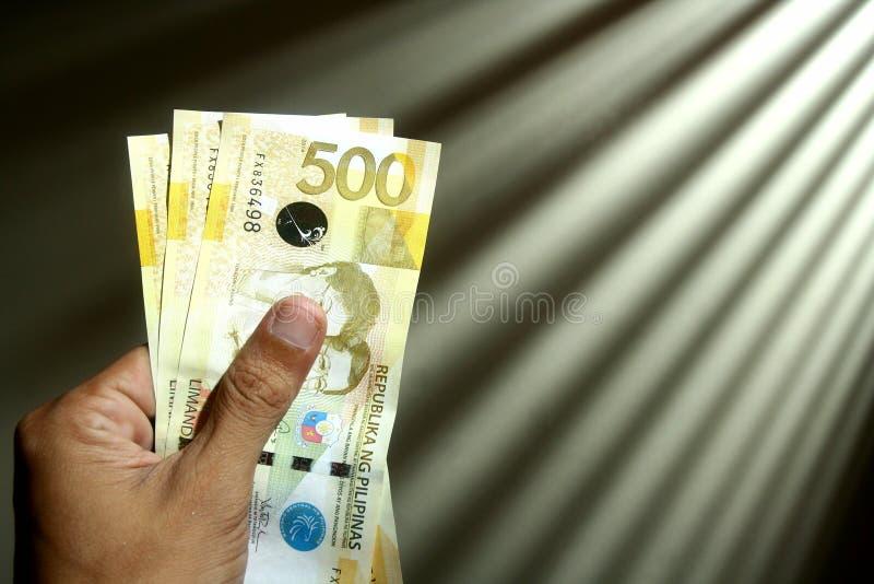 Räcka hållande pengar royaltyfri foto