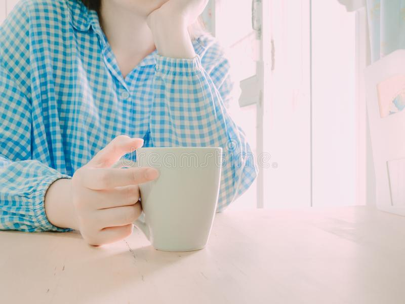 Räcka hållen den vita varma kaffekoppen för drink i morgontid med så arkivfoton