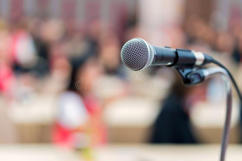 räcka hållmikrofonen i mötesrum för en konferens royaltyfri bild