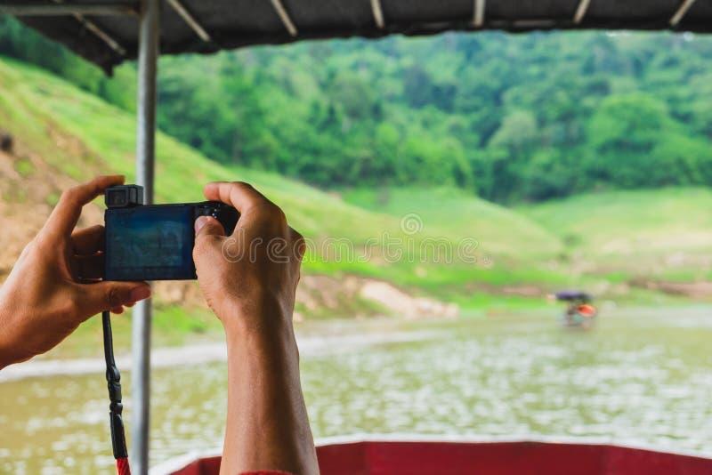 Räcka handelsresande Använda kameran för tagandefoto med lyckligt royaltyfria bilder