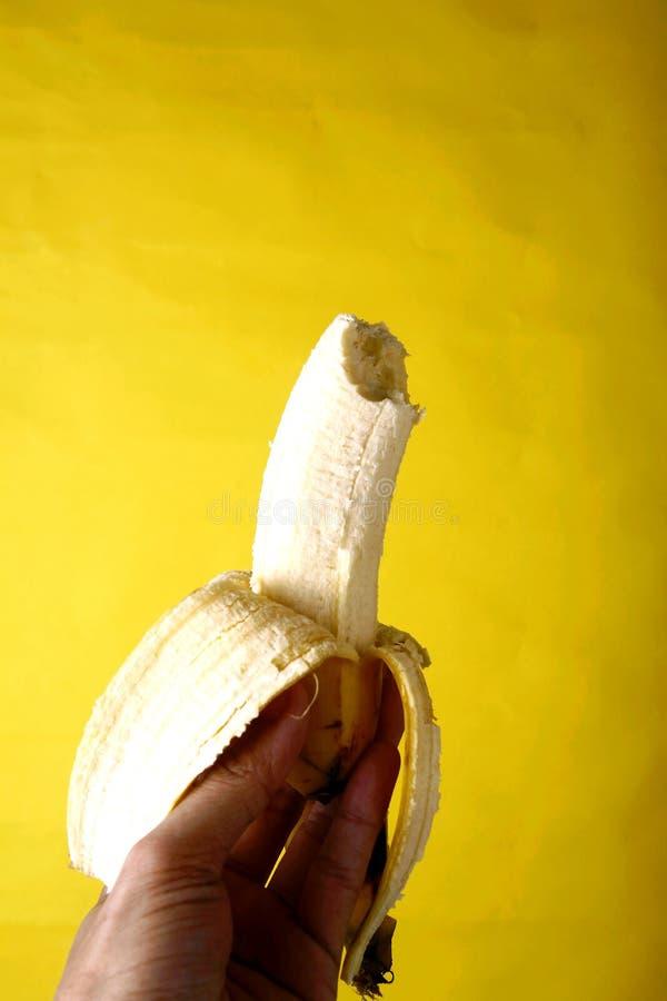 Räcka innehav en banan fotografering för bildbyråer