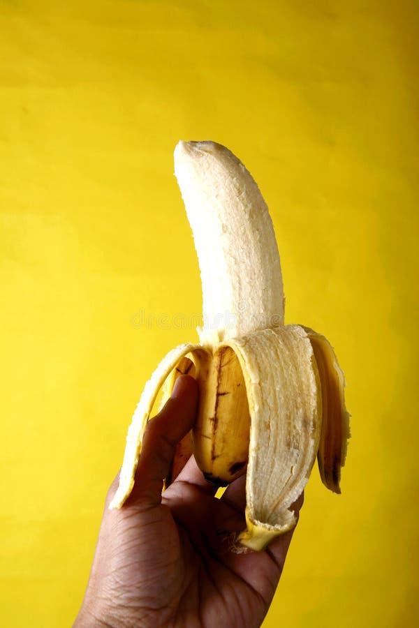 Räcka innehav en banan royaltyfri bild