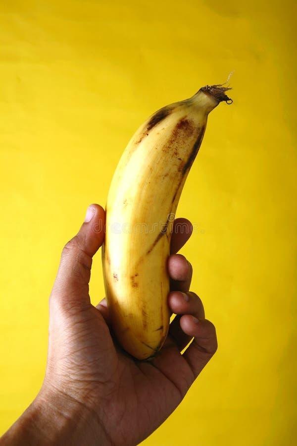 Räcka innehav en banan arkivfoton