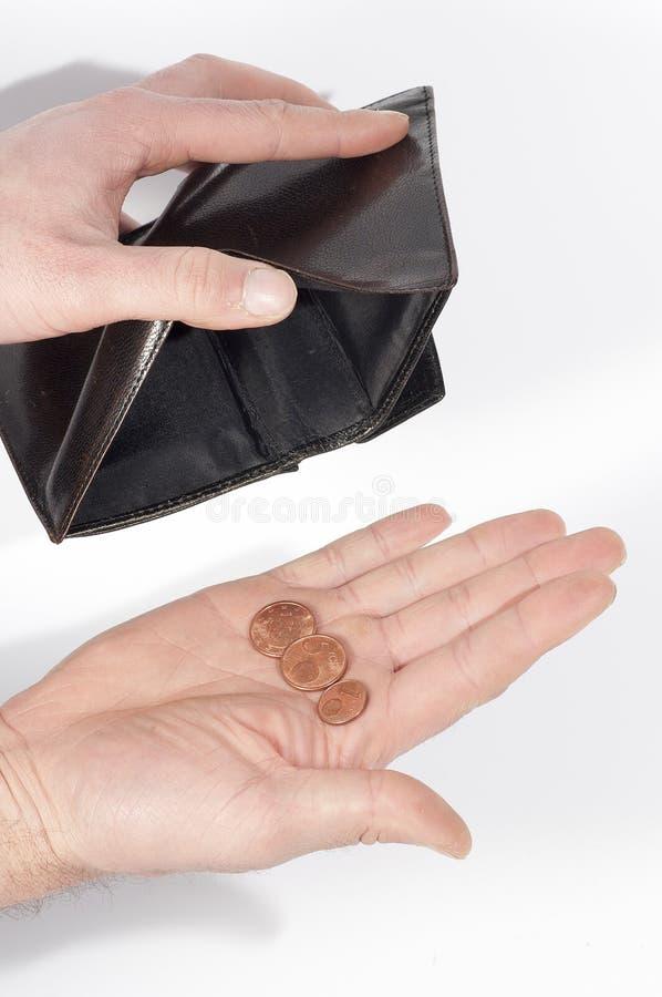Räcka innehav en plånbok som nästan är tom, med några, myntar, på vit royaltyfri foto