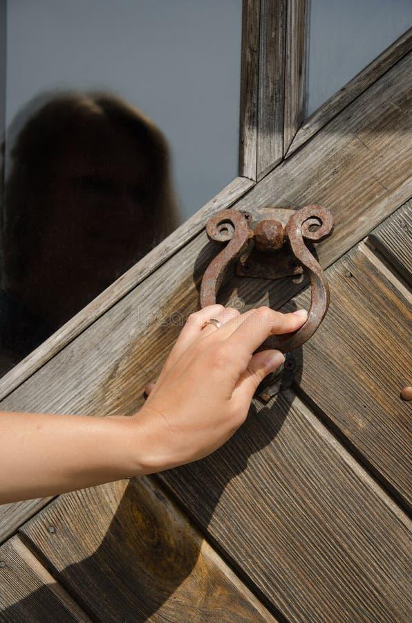 Räcka knackning den retro rostiga knackaren för ringeren för dörrhandtaget arkivbild