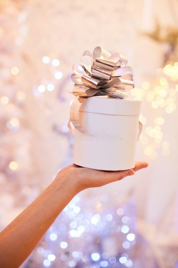 Räcka kvinnan den hållande vita gåvaasken för nytt år arkivbilder