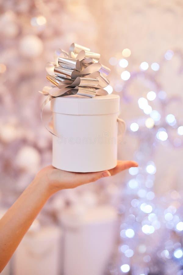 Räcka kvinnan den hållande vita gåvaasken för nytt år royaltyfri fotografi