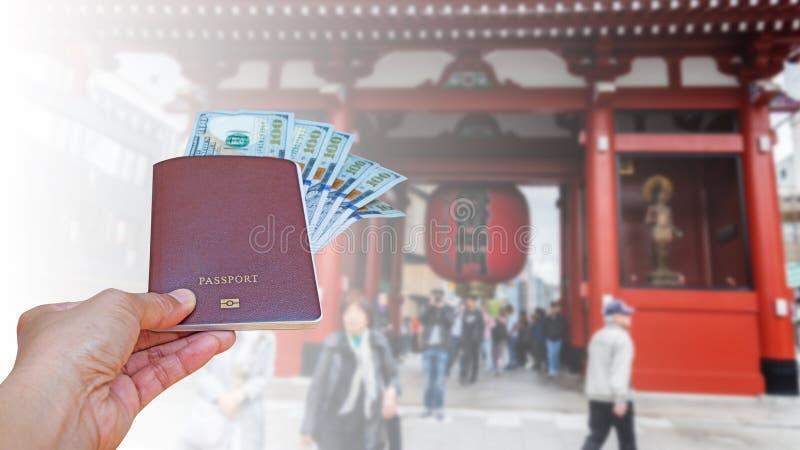 Räcka kvinnan med japanska valutayensedlar på suddig baksida royaltyfri fotografi