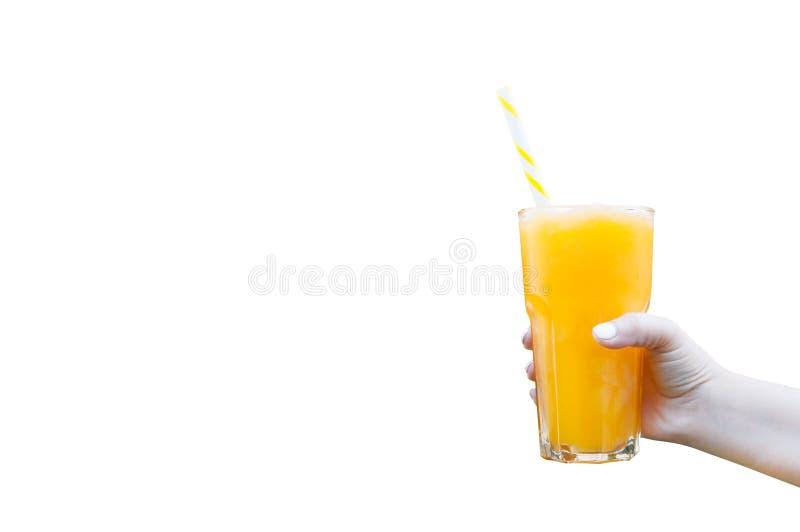 Räcka kvinnor som rymmer den glass smoothien för orange fruktsaft isolerad på vit royaltyfria foton