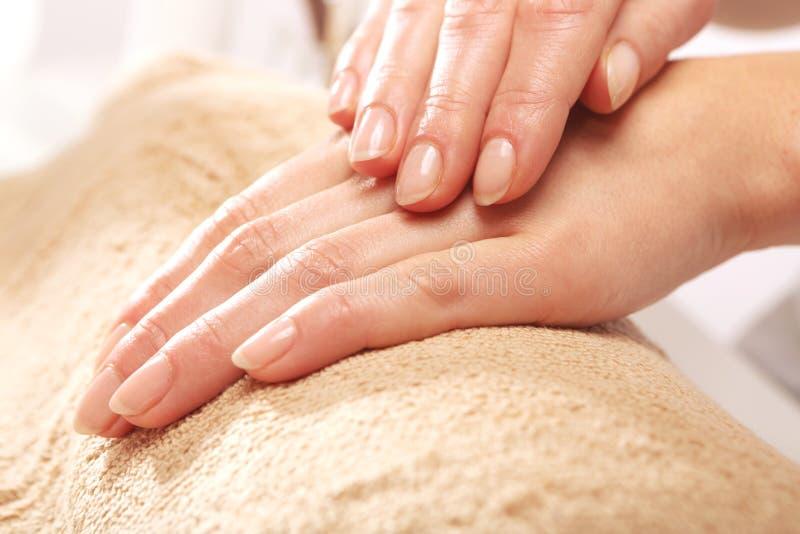 Räcka massagen, en kvinna i skönhetsalongen royaltyfri foto