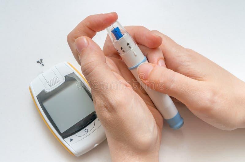 Räcka med humalog för injektionssprutainsprutningspump- och insulinliten medicinflaska som isoleras på en vitbakgrund Den diabeti royaltyfria foton