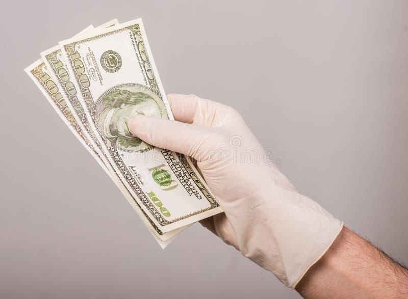 Räcka med pengar arkivfoto