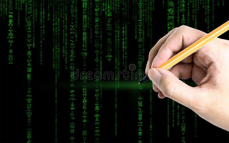 Räcka på handstil till en grön dator som kodifierar texten hackerbegrepp arkivfoton