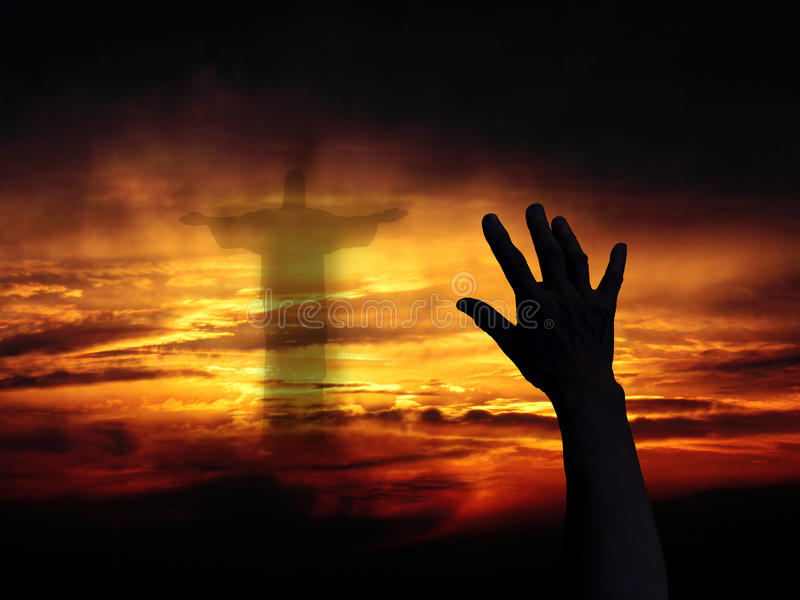 Räcka på solnedgångbakgrund arkivbilder