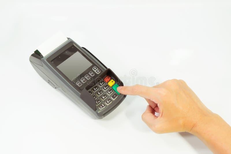 """Räcka push""""Enter"""" för lön som direktanslutet shoppar in i en kreditkort arkivfoton"""