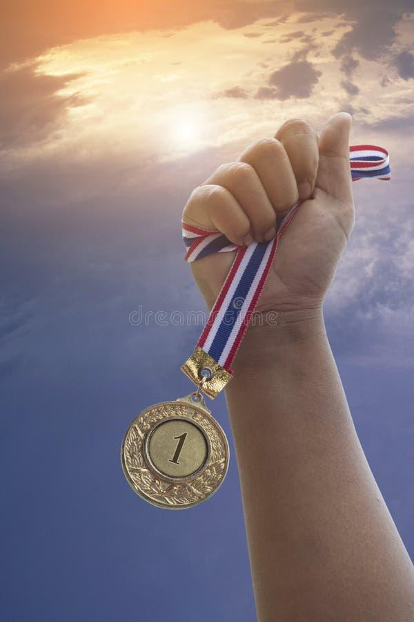 Räcka showen den guld- utmärkelsen, nummer 1, medalj på himmelbakgrund, begrepp i vinnare royaltyfri fotografi