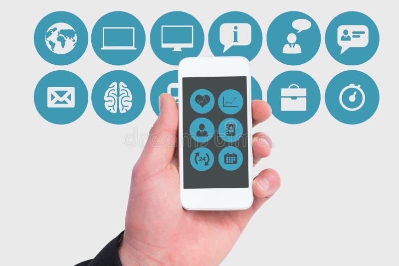 räcka uppvisning av skärmen av en smartphone mot mobil applikationsymbolsbakgrund arkivfoto