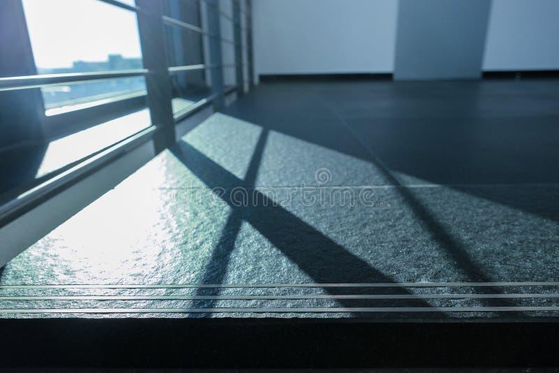 Räcke som skugga i panelljus på golvtegelplattor royaltyfri fotografi
