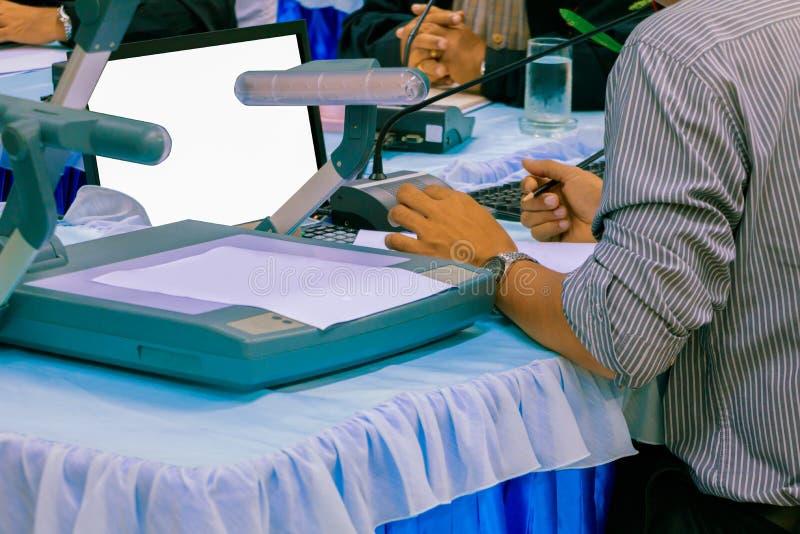 Räcker affär, och legitimationshandlingar på tabellen framlägger ett möteseminarium med kopieringsutrymme tillfogar text varm ret royaltyfri bild