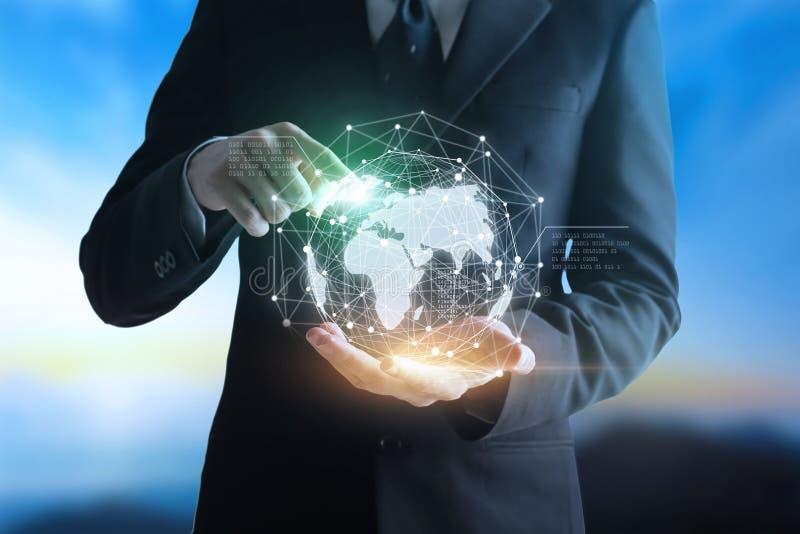 Räcker affärsmannen rörande teknologier som förbinder världen royaltyfri bild