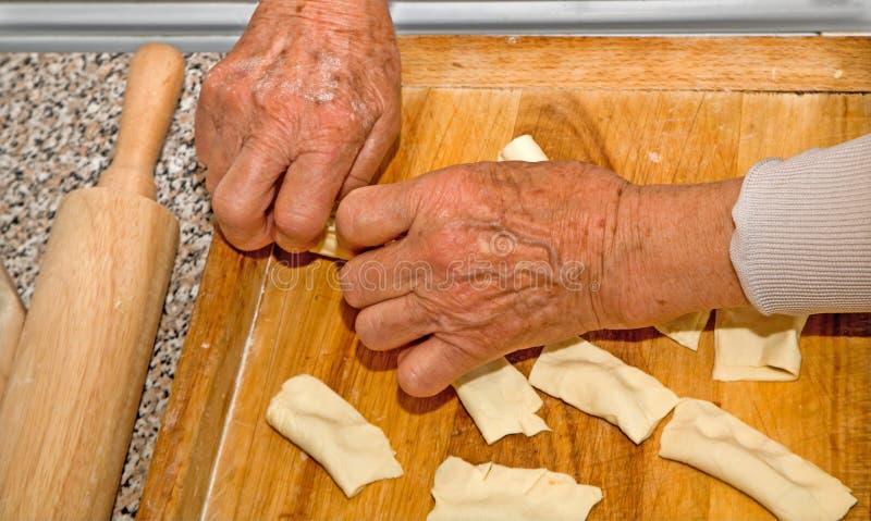 Räcker av farmor på matlagning arkivbild