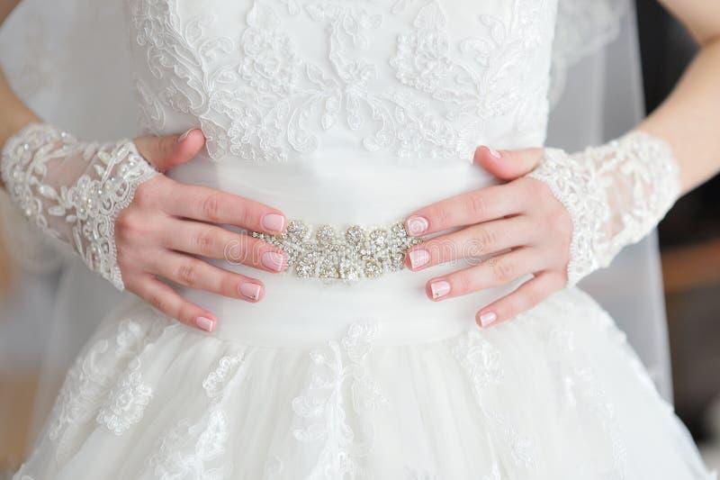 Räcker bruden med en manikyr fotografering för bildbyråer