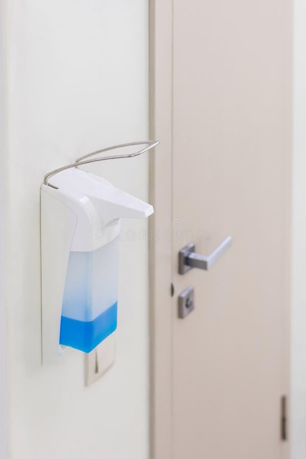 Räcker desinficeringutmataren i vårdcentral Antibacterial tillvägagångssätt Hälsovård och sanitärt royaltyfri fotografi