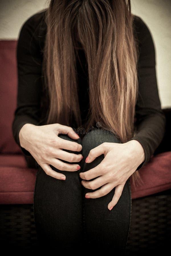 Rädd missbrukad kvinna arkivfoto