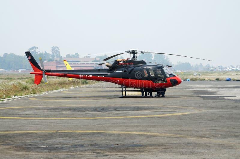 Rädda helikoptern som förbereder sig att evakuera bergsbestigare efter olycka från den Everst basläger, den Lukla flygplatsen, Nep fotografering för bildbyråer