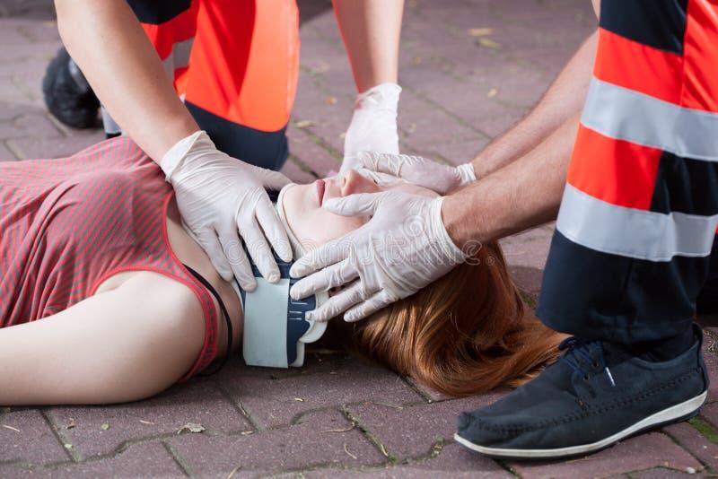 Räddare som använder den cervikala kragen royaltyfria foton