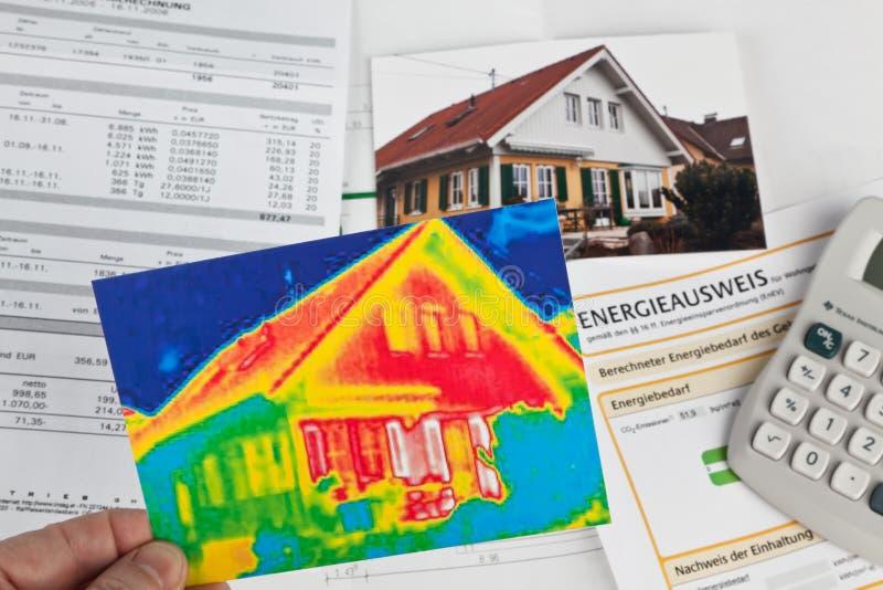 Räddningenergi. hus med den termiska avbilda kameran arkivfoto