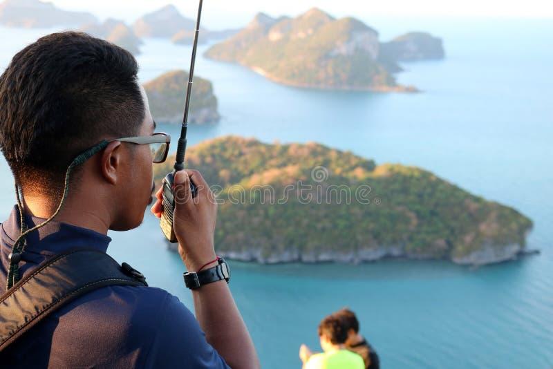 Räddningsaktionbruksradio som säkrar turisterna på berget royaltyfria bilder