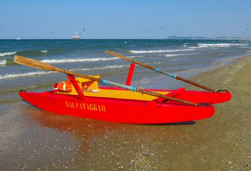 Räddningsaktionfartyg på en strand royaltyfri fotografi